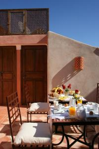 A restaurant or other place to eat at Riad CHERRATA