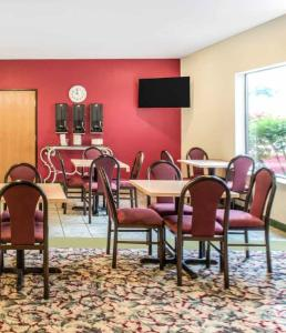 A restaurant or other place to eat at Super 8 by Wyndham Pevely