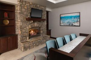 A seating area at DoubleTree by Hilton Biltmore/Asheville