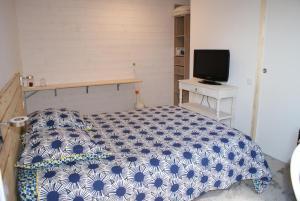 מיטה או מיטות בחדר ב-Angers Green Lodge