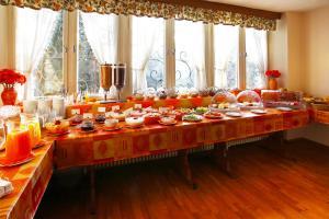 Ein Restaurant oder anderes Speiselokal in der Unterkunft Grainauer Hof