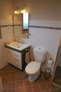 A bathroom at Ironstone Views