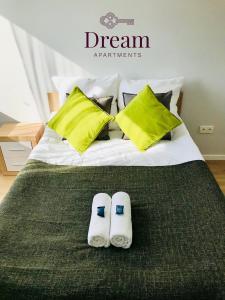Łóżko lub łóżka w pokoju w obiekcie Blue Sky Apartments - City Center