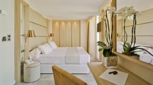 Een bed of bedden in een kamer bij Hotel Don Pancho - Adults Only