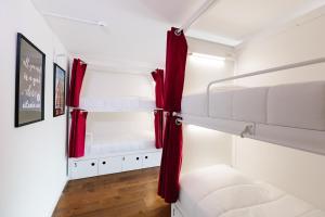 Uma ou mais camas em beliche num quarto em Lisbon South Hostel