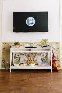 Uma televisão e/ou sistema de entretenimento em Lisbon South Hostel