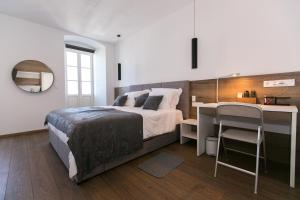 A bed or beds in a room at Apartments Del Molo