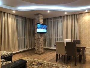Телевизор и/или развлекательный центр в Apartment Vanilnoe Nebo