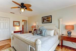 A bed or beds in a room at 1423 North Fletcher