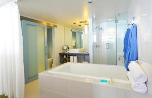 A bathroom at Tower 23 Hotel
