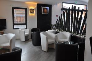 The lounge or bar area at The Originals City, Hôtel des Arts, Montauban (Inter-Hotel)