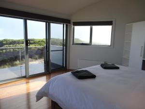A bed or beds in a room at Wave Retreat