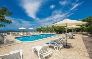 The swimming pool at or close to Vila Casia