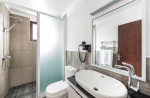 A bathroom at FOX JAFFNA by Fox Resorts