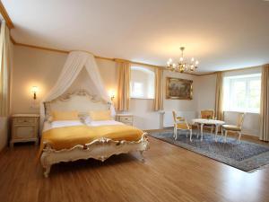 A bed or beds in a room at Burg Deutschlandsberg