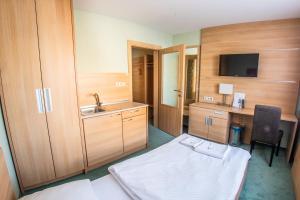 Televízia a/alebo spoločenská miestnosť v ubytovaní Alexandra Hotel