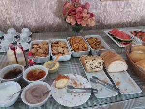 Breakfast options available to guests at Querência Hotel