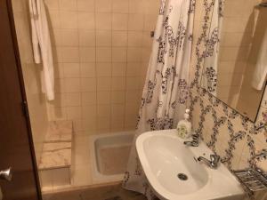 A bathroom at Residencia Maria Jose