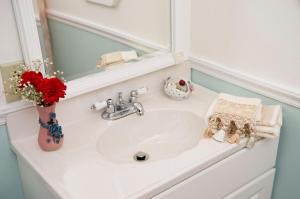 A bathroom at Anne's White Columns Inn