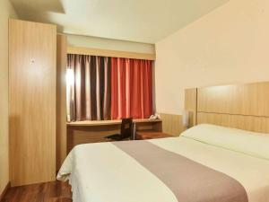 A bed or beds in a room at ibis Caxias do Sul
