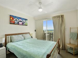 A bed or beds in a room at Palm Beach Holiday Resort, Unit 35