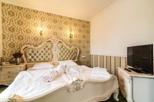 A bed or beds in a room at Pałac Margot Nature&SPA