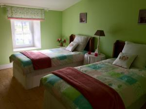 A bed or beds in a room at Tess Cottage