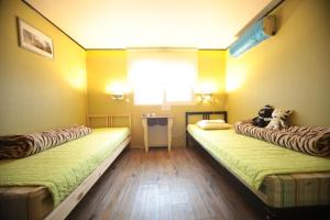 A seating area at Comeinn Guesthouse Hongdae - Female Only
