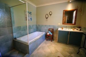 A bathroom at Kiwarrak Country Retreat