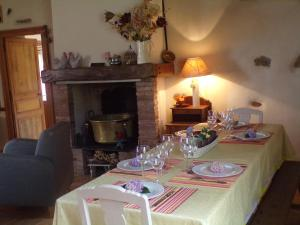 A restaurant or other place to eat at Gite Forestier Gentil