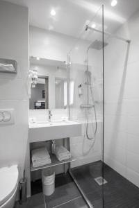 A bathroom at Best Western Paris Italie