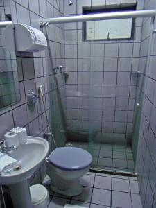 A bathroom at Titão Plaza Hotel