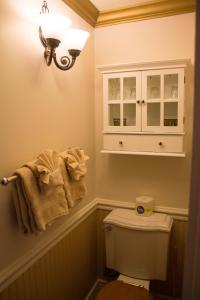 A bathroom at Frisco Lodge