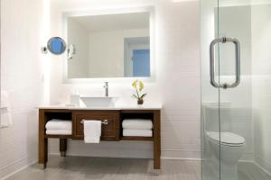 A bathroom at Oceans Edge Key West
