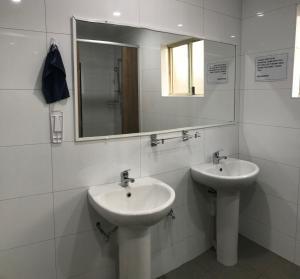 A bathroom at Hay Street Traveller's Inn