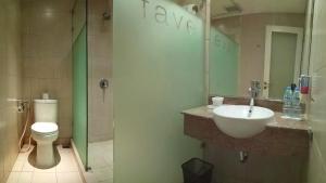 A bathroom at favehotel Braga