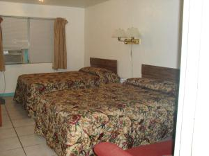 A bed or beds in a room at Shore Winds Motel