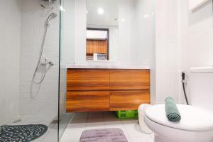 A bathroom at Luxurious Studio Apartment at Casa De Parco By Travelio