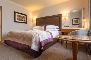 A bed or beds in a room at Swan's Nest Hotel
