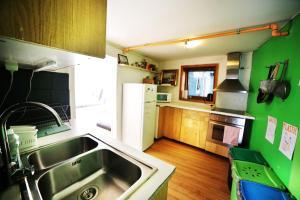 Cuisine ou kitchenette dans l'établissement Tromso Activities Hostel