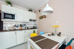 Kuchyň nebo kuchyňský kout v ubytování Przytulny Apartament przy Teatrze Wielkim