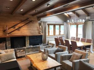 A restaurant or other place to eat at Eira Ski Lodge