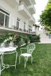 A garden outside Hotel Houston Suites