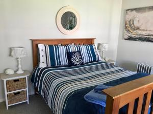 A bed or beds in a room at Lakeview Cottage