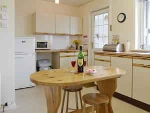 A kitchen or kitchenette at Pronyshiel
