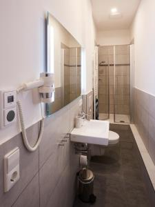 A bathroom at Harbour Apartments