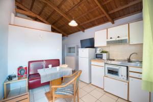 A kitchen or kitchenette at Heliotrope The Studios
