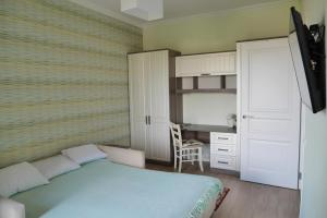 A bed or beds in a room at Apartment on Primorskaya