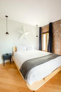 A bed or beds in a room at Les Lofts St-Pierre by Les Lofts Vieux-Québec