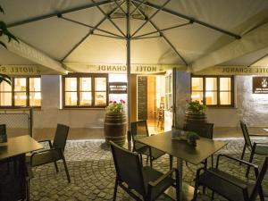 Ein Restaurant oder anderes Speiselokal in der Unterkunft HOTEL SCHANDL ***S